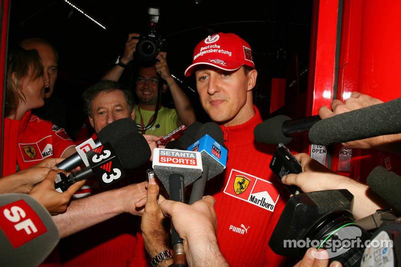 Michael Schumacher da una rueda de prensa a las 9.42pm