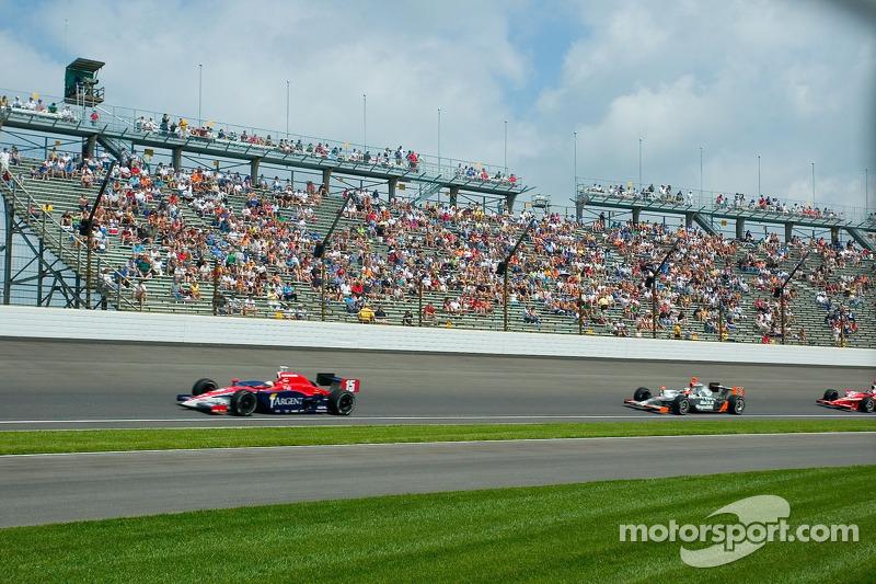 Les voitures IndyCar au virage 4