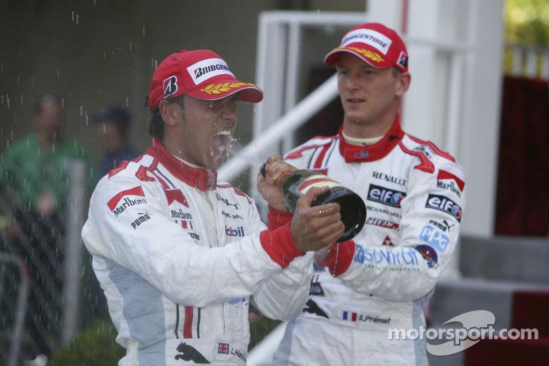 Lewis Hamilton premier et Alexandre Premat troisième fête leur résultat avec du champagne