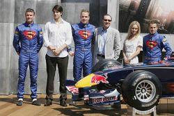 Les pilotes Red Bull Racing avec les acteurs Brandon Ruth, Kate Bosworth, Kevin Spacey
