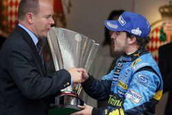 Podio: il vincitore Fernando Alonso riceve i complimenti dal Principe Alberto di Monaco