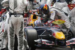 David Coulthard fait un arrêt au stand
