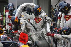L'équipe Red Bull Racing ravitaille la voiture de David Coulthard