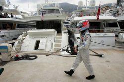 Kimi Raikkonen se pasea por el muelle después de retirarse