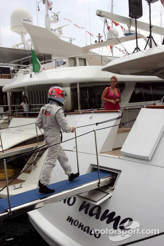 No ano seguinte, outro grande momento do Homem de Gelo. Sua McLaren quebrou (para variar) nas proximidades do túnel de Mônaco. Qualquer piloto voltaria para o paddock, mas ele foi direto para o iate tomar umas com os amigos.