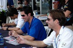 Thiago Medeiros, Larry Foyt et Felipe Giaffone signe des autographes