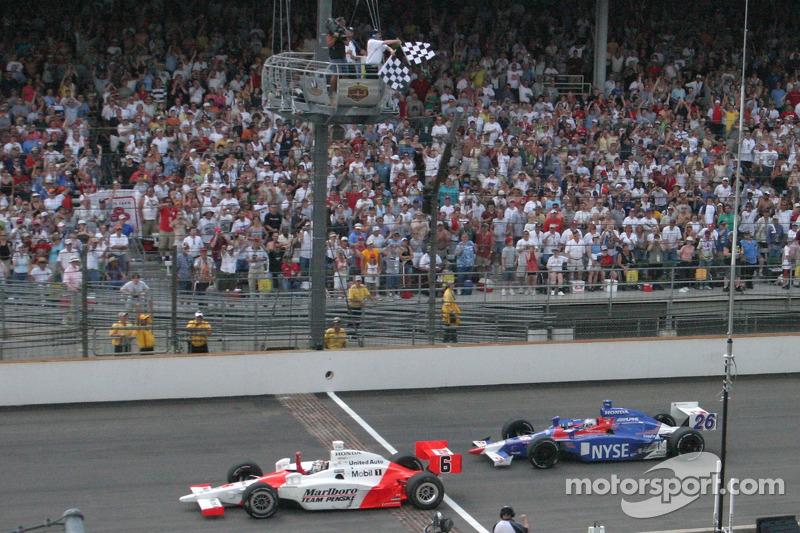Sam Hornish Jr. Passe la ligne d'arrivée devant Marco Andretti