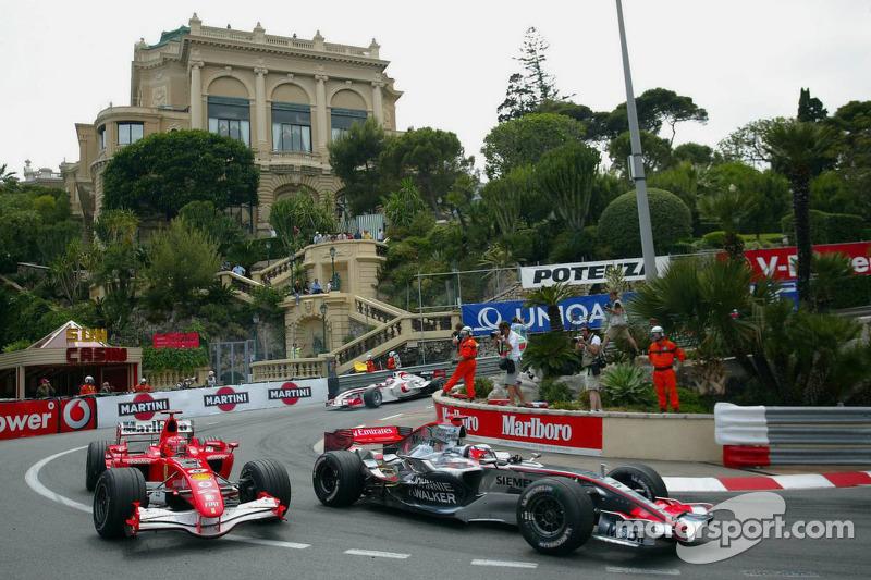 Michael Schumacher dépasse Kimi Räikkönen