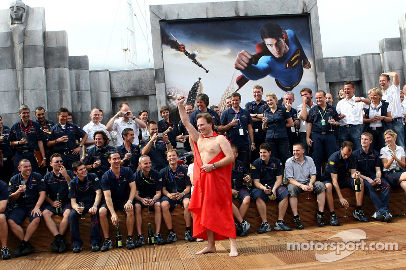 El equipo de Red Bull Racing y el director deportivo Christian Horner en una capa de Superman en la cubierta de la estación de energía de Red Bull