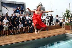 L'équipe Red Bull Racing et le directeur sportif Christian Horner avec une cape Superman plonge dans la piscine