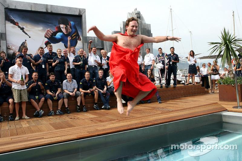 El equipo de Red Bull Racing y el director deportivo Christian Horner en una capa de Superman salta a la piscina en la cubierta de la estación de energía de Red Bull