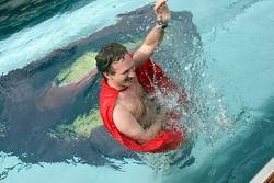 Le directeur sportif Christian Horner avec une cape Superman dans la piscine