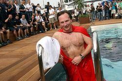 Le directeur sportif Christian Horner avec une cape Superman plonge dans la piscine