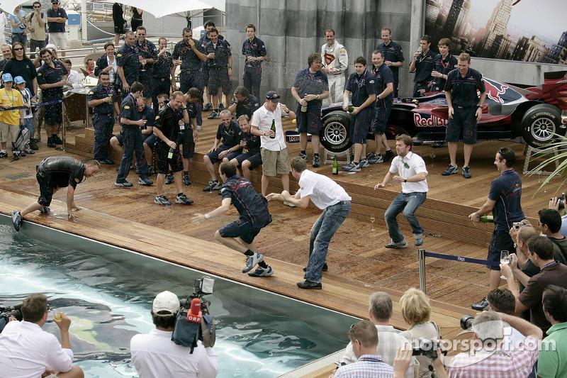 El equipo de Red Bull Racing celebra el primer podio tirándose a la piscina