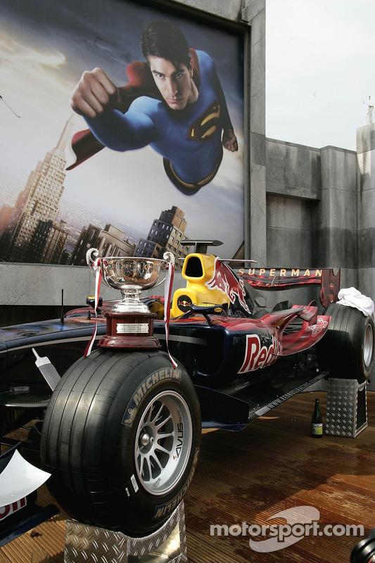 El trofeo de David Coulthard en su coche