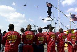 L'équipe de Greg Biffle regarde les avions