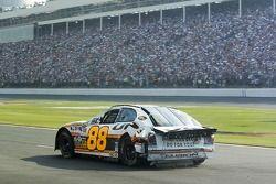 Dale Jarrett regardant le résultat d'un accident