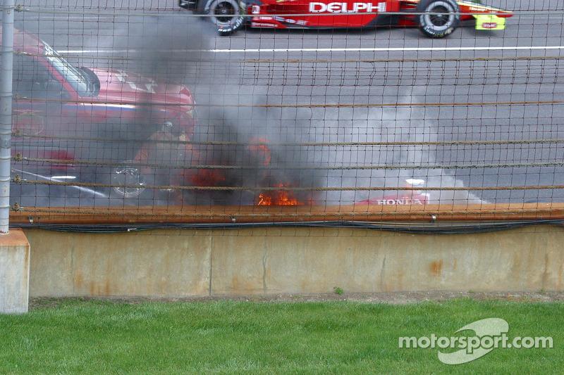 La voiture de Buddy Rice prend feu après avoir heurté le mur