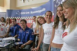 Sébastien Loeb et Daniel Elena avec de jolies jeunes femmes