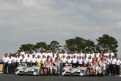 Séance photos de Audi Sport Team Joest: Allan McNish, Rinaldo Capello, Tom Kristensen, Marco Werner, Frank Biela et Emmanuele Pirro posent avec les Audi R10
