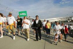 Le président de la NASCAR Mike Helton participe à une marche de charité pour la fondation NASCAR au