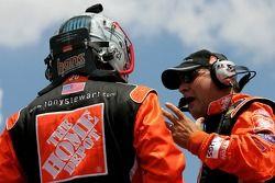 Ricky Rudd parle avec Greg Zipadelli avant de monter dans la No. 20 Home Depot Chevrolet