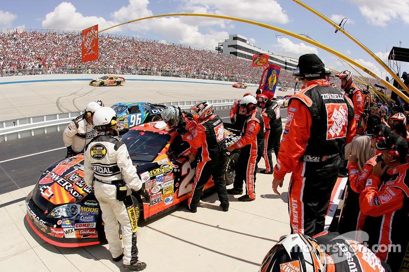 Ricky Rudd est aidé par son équipe pour monter dans la No. 20 Home Depot Chevrolet