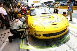 #64 Corvette Racing Corvette C6-R: Olivier Gavin, Olivier Beretta, Jan Magnussen dans le stand