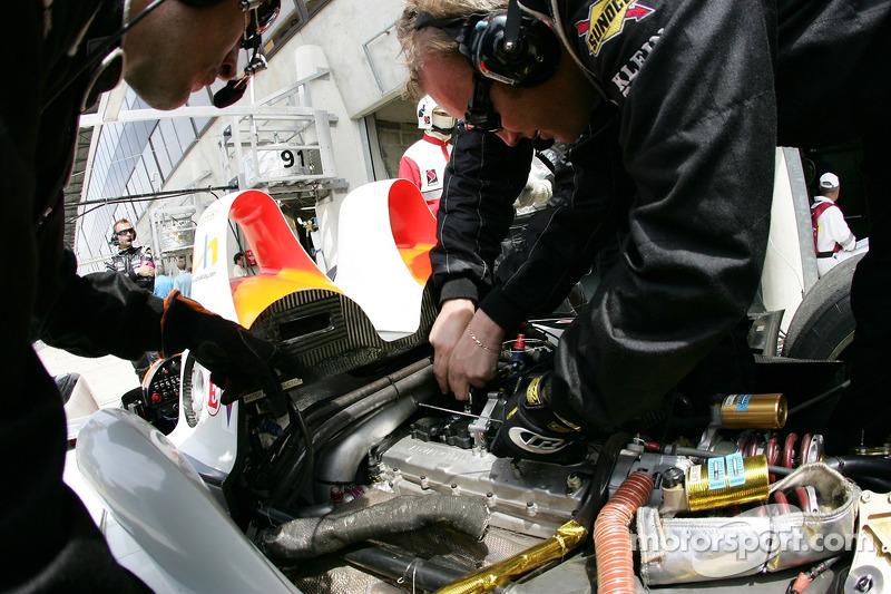 L'équipe Intersport Racing au travail