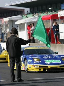 Daniel Poissonot avec le drapeau vert pour débuter la journée de test