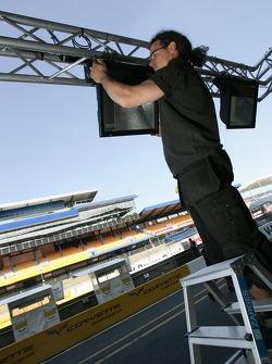 Un membre d'équipe prépare le stand