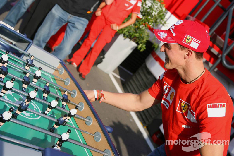 Michael Schumacher joue au baby foot