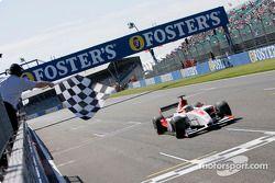 Lewis Hamilton passe la ligne d'arrivée pour gagner la course