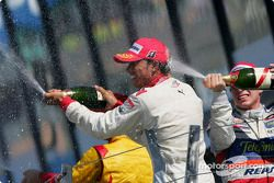 Podium: Champagne pour Lewis Hamilton