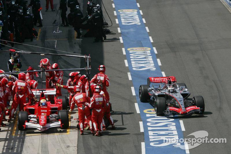 Kimi Raikkonen sale pitlane de Felipe Massa