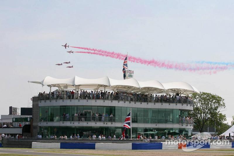 Les avions de la Royal Air Force volent au-dessus du circuit