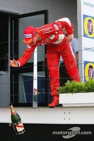 Podium: champagne pour l'équipe de Michael Schumacher