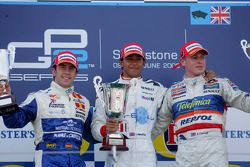 Podium: le vainqueur de la course Lewis Hamilton, deuxième, Felix Porteiro, troisième, Adam Carroll