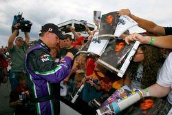 Denny Hamlin signe des autographes pour les fans