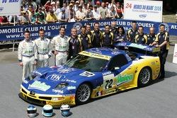 Luc Alphand, Jérôme Policand, Patrice Goueslard et l'équipe Luc Alphand Aventures posent avec laLuc Alphand Aventures Corvette C5-R