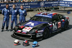 Peter Kox, Robert Pergl et Alexei Vasiliev Convers posent avec la Menx Team Ferrari 550 Maranello