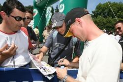 Jan Magnussen signe des autographes