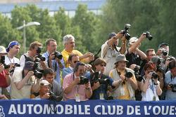 Des photographes au travail durant la séance photos de l'équipe Pescarolo Sport