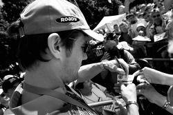 Sébastien Loeb signe des autographes