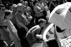 Un jeune fan vérifie la Pescarolo Sport Pescarolo C60 Judd