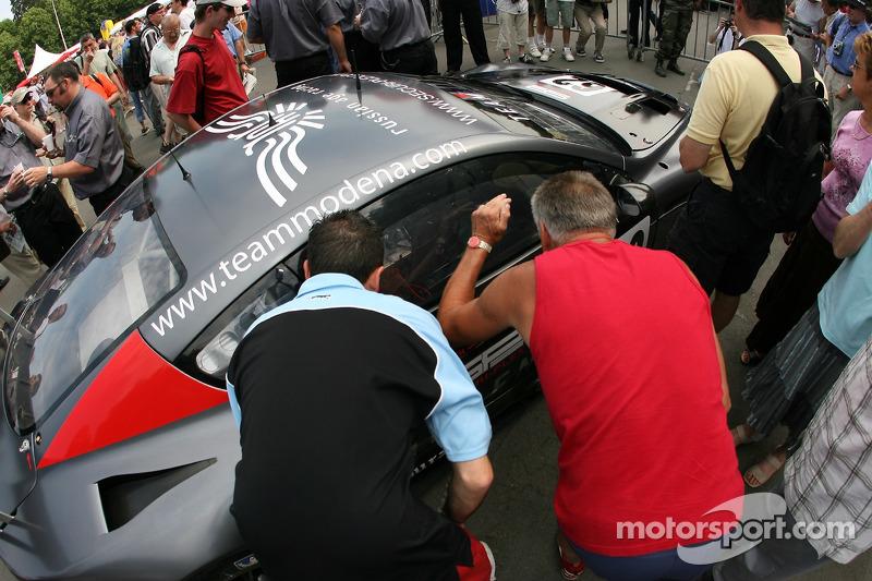 Des fans examinent la Russian Age Racing Aston Martin DBR9