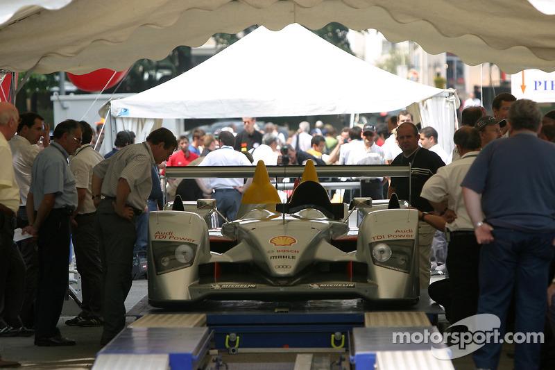 Audi Sport Team Joest Audi R10 à la deuxième spéciale