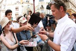 Découverte de la plaque des vainqueurs des 24 Heures du Mans 2005: Tom Kristensen signe des autographes