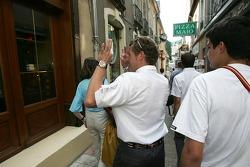 Découverte de la plaque des vainqueurs des 24 Heures du Mans 2005: Tom Kristensen montre les