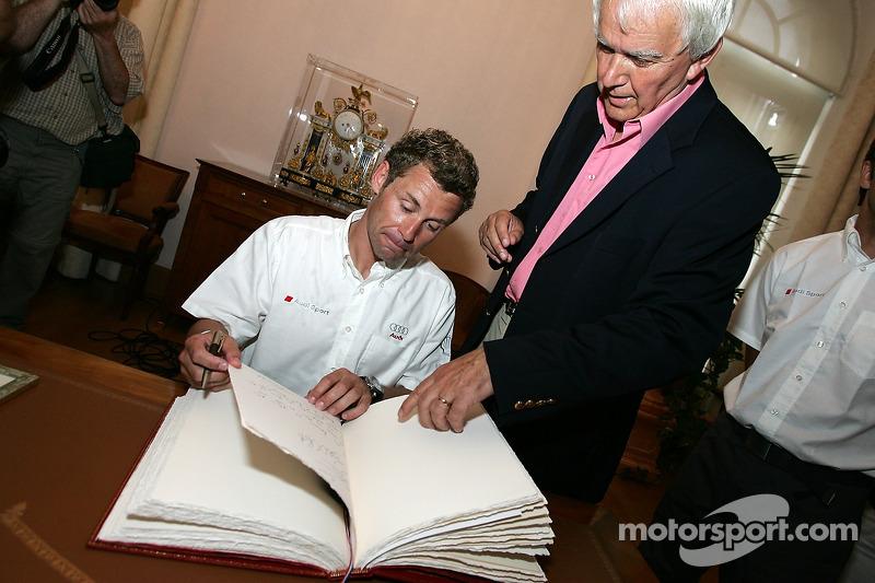 Découverte de la plaque des vainqueurs des 24 Heures du Mans 2005: Tom Kristensen et le maire du Mans à la mairie